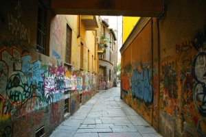 milan-italy-narrow-alley-graffiti-free-stock-photo